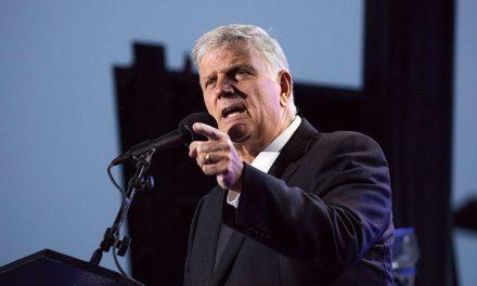 "Franklin Graham Boldly Preaches the Gospel ""4000"" People Respond"