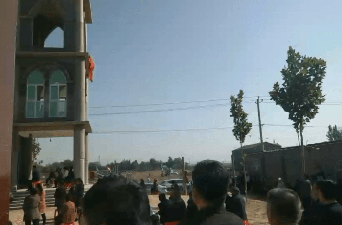 Faithful on their knees and fasting to stop the destruction of their church at Wu Gao Zhuang (Hebei) - Video