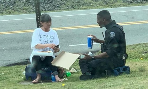 A police officer spent his lunch break sharing pizza with a homeless woman and it was captured in a heartwarming photo